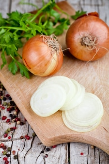 Frische zwiebeln, petersilie und pfefferkörner