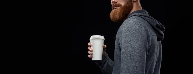 Frischen morgenkaffee zum mitnehmen trinken