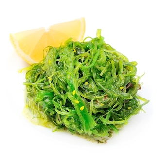 Frischer algensalat auf weiß. japanische küche.