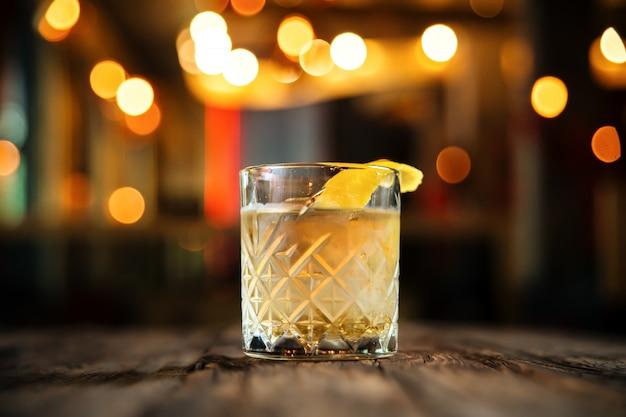 Frischer altmodischer cocktail auf dem holztisch