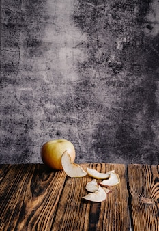 Frischer apfel und getrocknete apfelscheiben auf einem holztisch