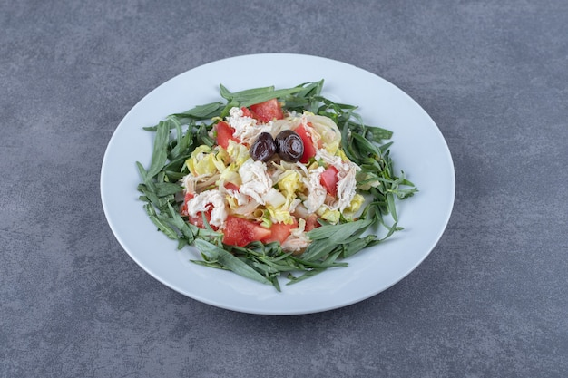 Frischer appetitlicher salat auf weißem teller.