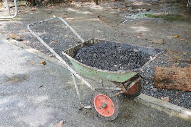 Frischer asphalt im metallwagen einsatzbereit.