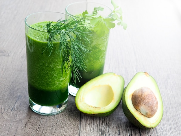Frischer avocado smoothie auf grau