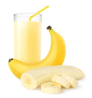 Frischer bananenshake in einem glas, das auf weißer oberfläche isoliert wird