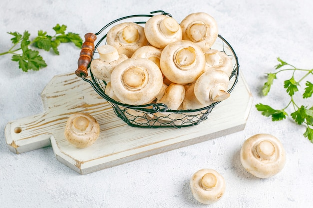 Frischer bio-champignon mit weißen pilzen