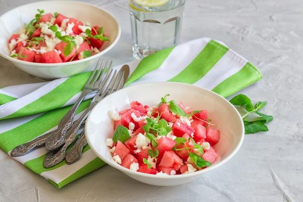 Frischer bio-salat mit wassermelone, feta-käse und minze