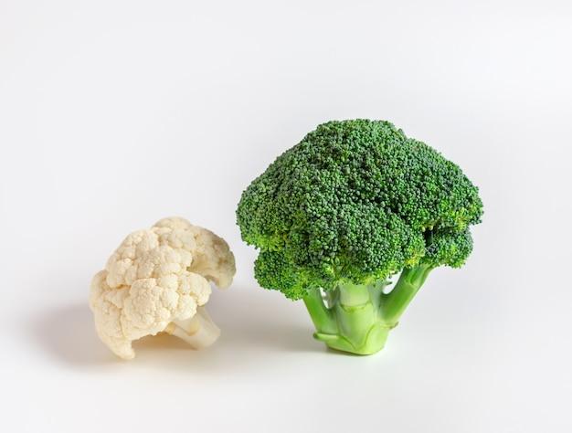 Frischer blumenkohl und grüner brokkoli auf weißem hintergrund
