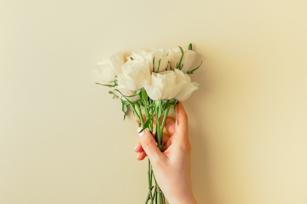 Frischer blumenstrauß der weißen rosen