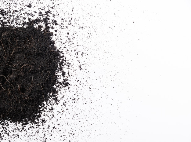 Frischer boden oder schmutz erde abschnitt mit mulch für die gartenarbeit