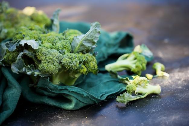 Frischer brokkoli auf dem tisch