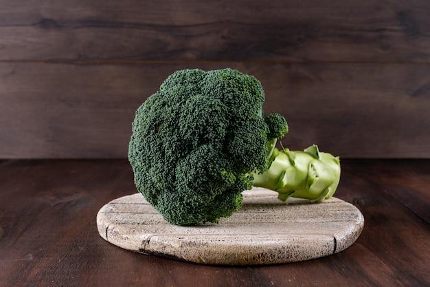 Frischer brokkoli auf schneidebrett auf tabelle