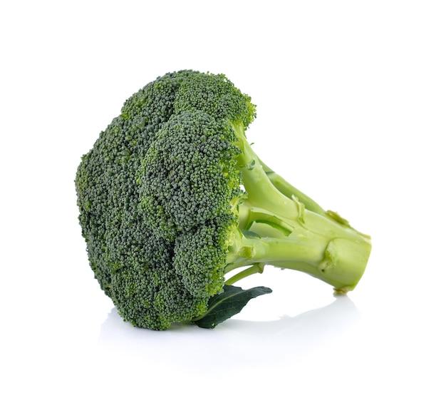 Frischer brokkoli auf weiß