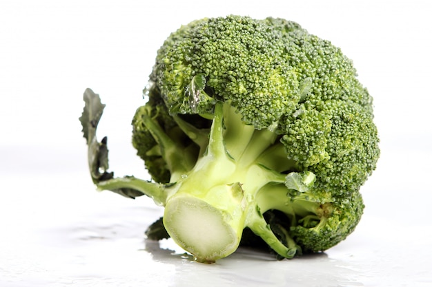 Frischer brokkoli auf weißem hintergrund