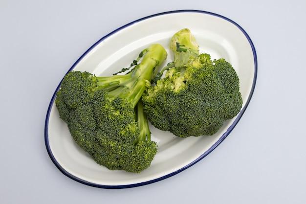 Frischer brokkoli auf weißem teller