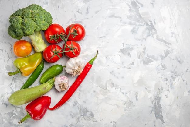 Frischer brokkoli der draufsicht mit gemüse auf reifer gesundheitsdiät des weißen tafelsalats