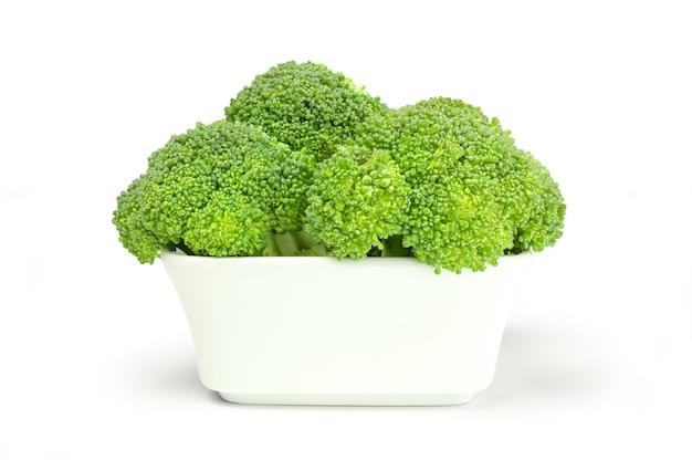 Frischer brokkoli in der weißen tonschale auf hintergrund