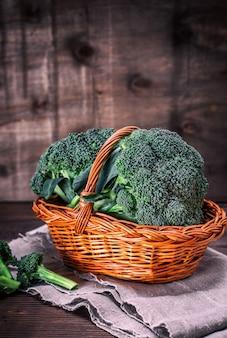 Frischer brokkoli in einem braunen weidenkorb