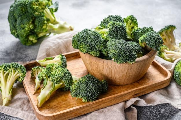 Frischer brokkoli in einer hölzernen schüssel. ansicht von oben.
