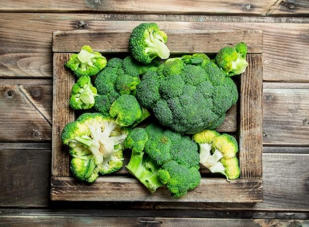 Frischer brokkoli in einer holzkiste.