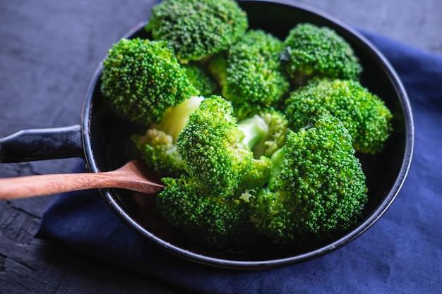 Frischer brokkoli in einer pfanne