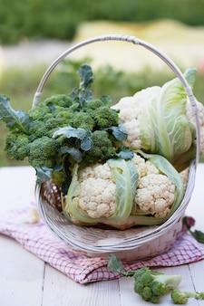 Frischer brokkoli und blumenkohl auf dem tisch