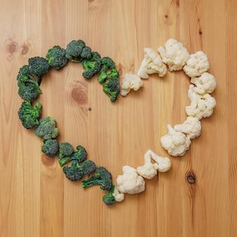 Frischer brokkoli und blumenkohl in herzform