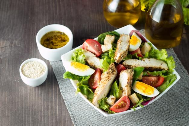 Frischer caesar-salat auf hölzernem hintergrund