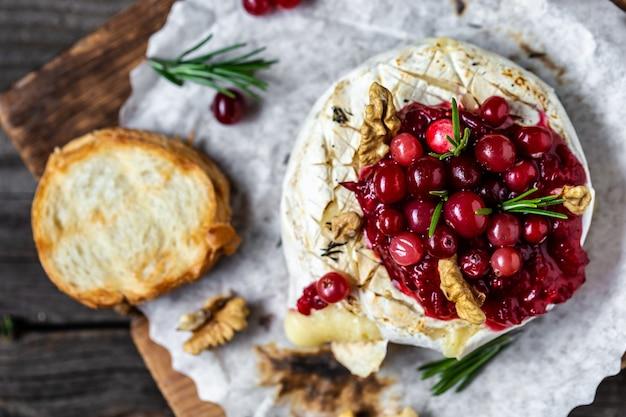 Frischer camembert mit preiselbeersauce. traditionelles gourmet-frühstück. europäische küche.