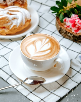 Frischer cappuccino auf dem tisch
