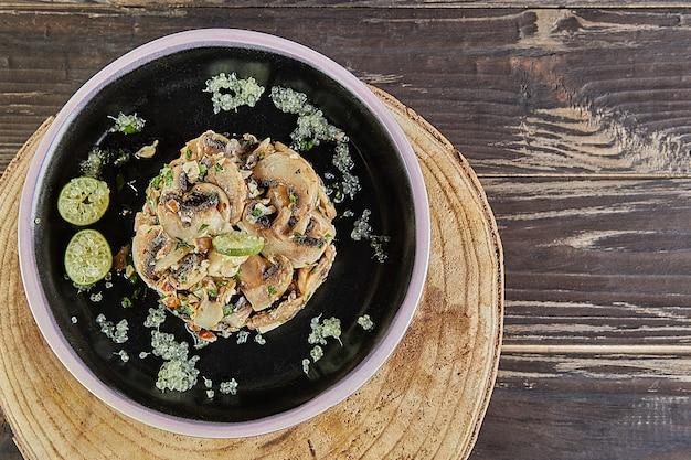Frischer champignonsalat mit zitrone und haselnüssen. französische gourmetküche. flach legen