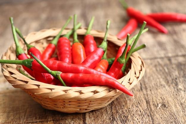 Frischer chili auf holz