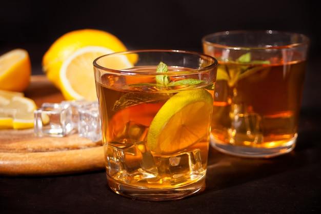 Frischer cocktail cuba libre oder whisky-cola-cocktail mit braunem rum