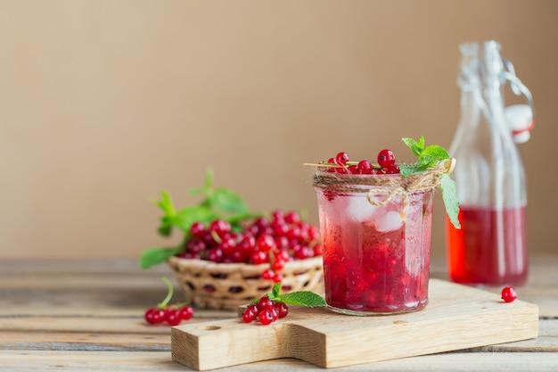 Frischer cocktail der roten johannisbeere im glas.