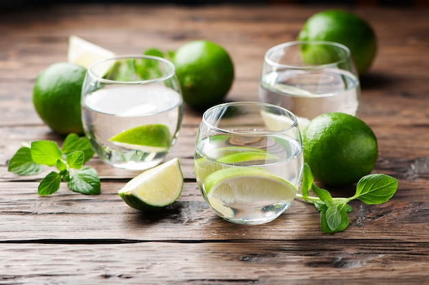 Frischer cocktail mit limette und minze