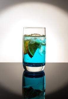 Frischer cocktail mit orange und eis. alkoholisches, alkoholfreies getränk-getränk an der bartheke im nachtclub.