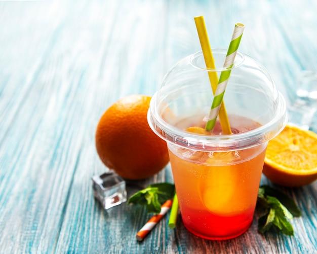 Frischer cocktail mit orange und eis