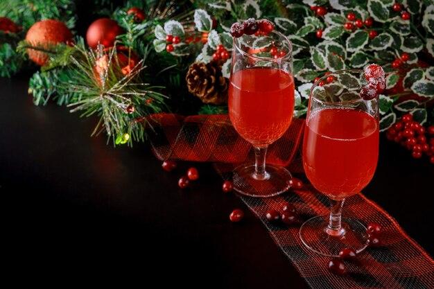 Frischer cranberrysaft mit weihnachtsverzierung. speicherplatz kopieren.