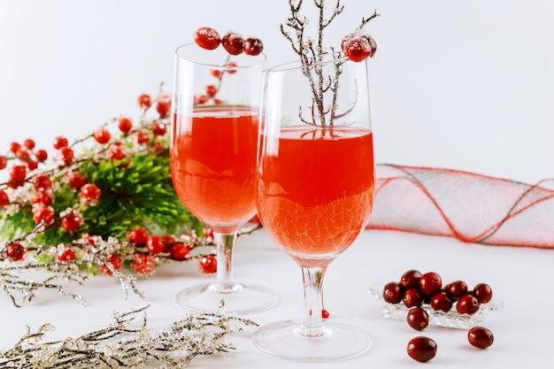 Frischer cranberrysaft mit weihnachtsverzierung. urlaubsgetränk.