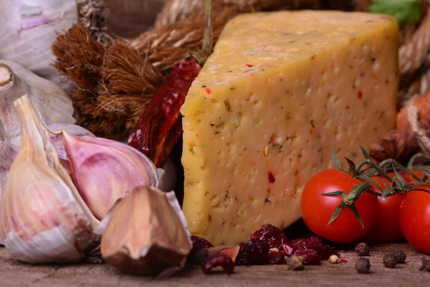 Frischer duftender käse mit gewürzen