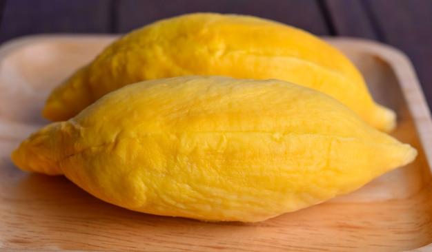 Frischer durian auf einem holztablett