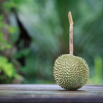 Frischer durian auf holztisch.