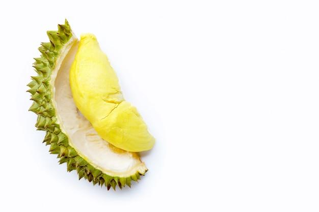 Frischer durian im reifen schnitt auf weiß.