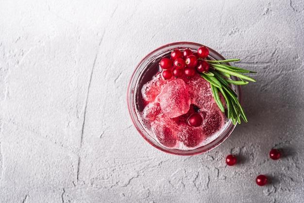 Frischer eiskalter fruchtcocktail im glas