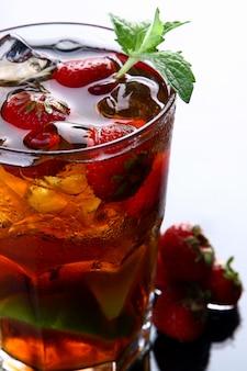 Frischer eistee mit eis und erdbeeren