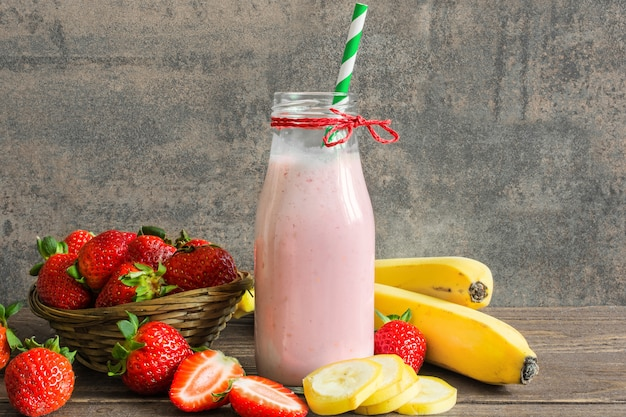 Frischer erdbeer-bananen-smoothie in einer flasche
