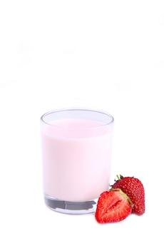 Frischer erdbeerjoghurt in einem glas lokalisiert auf weiß