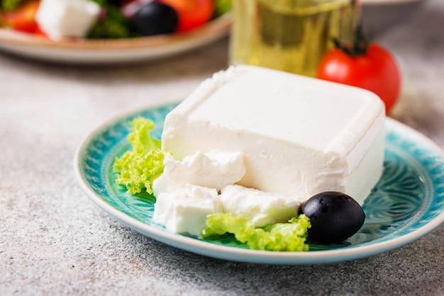 Frischer fetakäse mit oliven