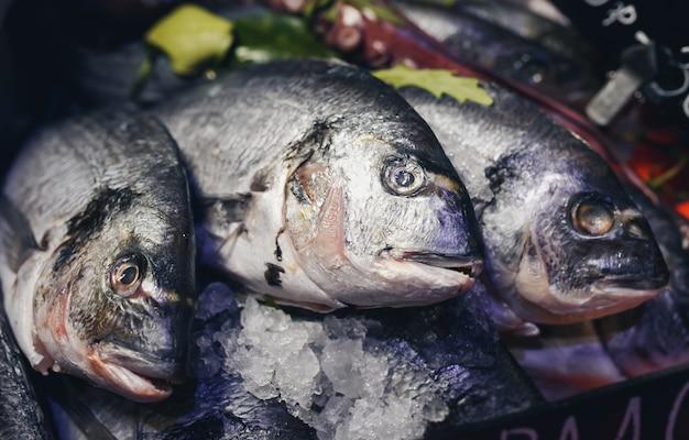 Frischer fisch am markt.