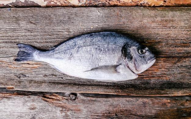 Frischer fisch auf holztisch
